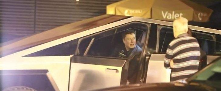 Elon musk a cena fuori con il Cybertruk