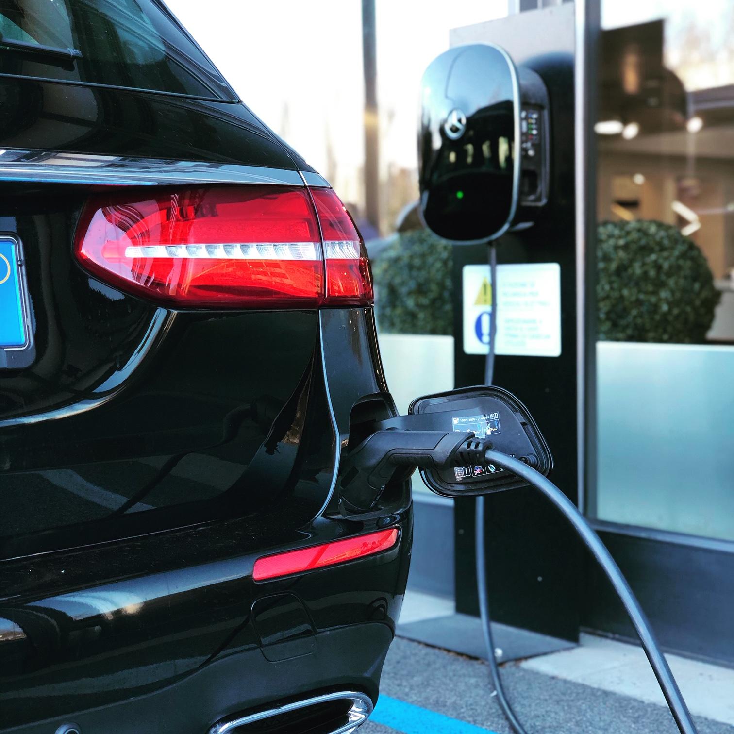 Mercato auto: la vendita di auto elettriche è triplicata nel 2020