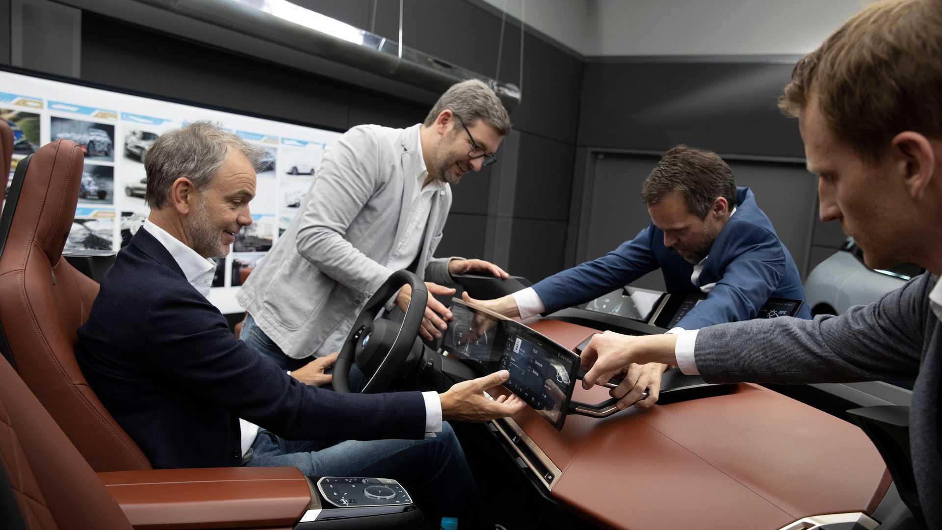 SUV BMW iX: 500 CV e 600 km di autonomia per partire alla carica!